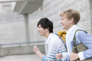 走る男子学生2人の写真素材 [FYI01318675]