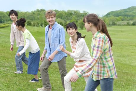 話しながら歩く若者5人の写真素材 [FYI01318720]