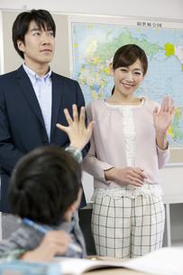 授業参観中の親と子供の写真素材 [FYI01318722]