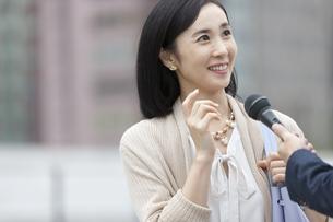 インタビューをうける女性の写真素材 [FYI01318726]