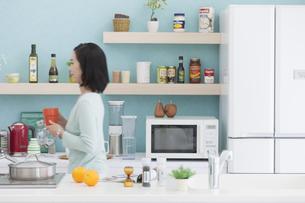キッチンに立つ女性の写真素材 [FYI01318818]