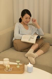 雑誌を読む女性の写真素材 [FYI01318872]