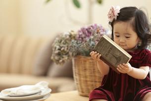 本を持つ女の子の写真素材 [FYI01318890]