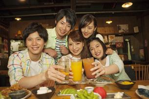 居酒屋で乾杯をする若者5人の写真素材 [FYI01318923]