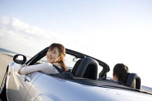 オープンカーに乗っているカップルの写真素材 [FYI01318956]