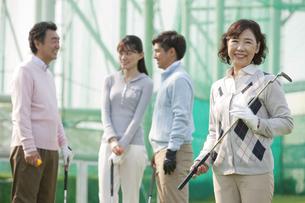 ゴルフクラブを持つ熟年女性と家族の写真素材 [FYI01318966]