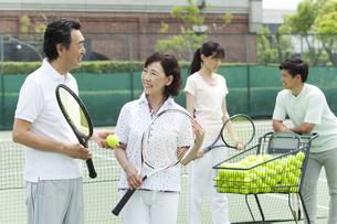 テニスラケットを持つ中高年夫婦の写真素材 [FYI01318967]