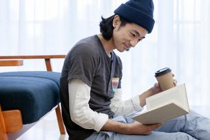 本を読む男性の写真素材 [FYI01318979]