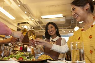 乾杯する女性4人の写真素材 [FYI01318985]