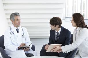 打ち合わせをするビジネスマンと医師の写真素材 [FYI01319004]