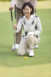 ゴルフをする熟年女性の写真素材 [FYI01319009]