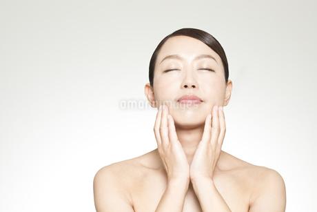 中年女性の美容イメージの写真素材 [FYI01319019]