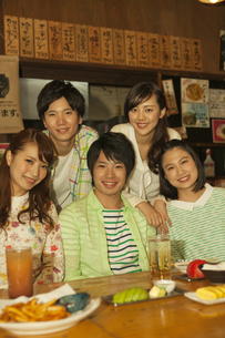 笑顔の若者5人の写真素材 [FYI01319028]