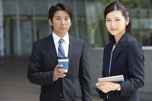 打ち合わせをするビジネス男女の写真素材 [FYI01319131]
