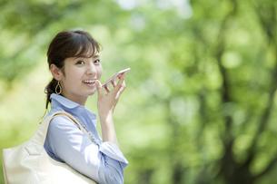 スマートフォンで通話するビジネス女性の写真素材 [FYI01319154]