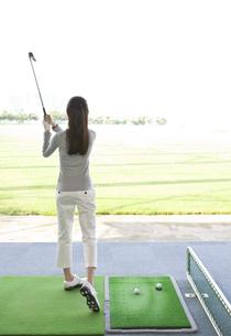 ゴルフをする女性の後姿の写真素材 [FYI01319160]