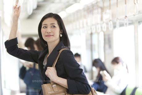 通勤電車に乗っているビジネスウーマンの写真素材 [FYI01319180]