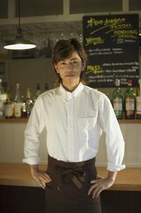 エプロン姿で腰に手を置く男性の写真素材 [FYI01319190]