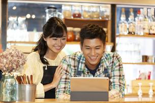 カフェで働く男女の店員の写真素材 [FYI01319261]
