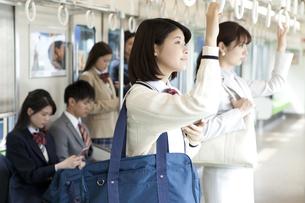 電車移動している男女の写真素材 [FYI01319303]