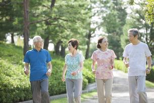 ジョギングをするシニアグループの写真素材 [FYI01319331]