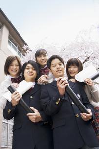 校舎前で丸筒を持って集まる学生達の写真素材 [FYI01319334]