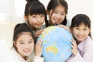 地球儀と笑顔の女の子4人の写真素材 [FYI01319365]