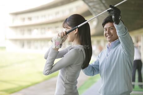 女性にゴルフを教える男性の写真素材 [FYI01319402]