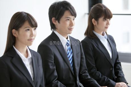 椅子に座る3人のビジネスマンの写真素材 [FYI01319443]