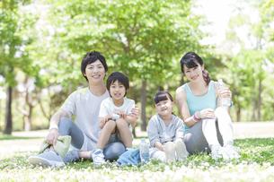 公園の家族の写真素材 [FYI01319469]