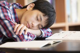テーブルで眠る男の子の写真素材 [FYI01319580]