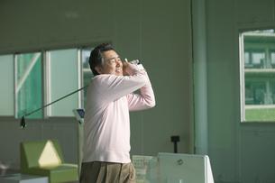 ゴルフをする熟年男性の写真素材 [FYI01319620]