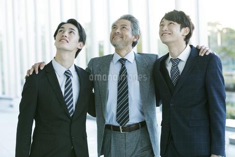 肩を組むビジネスマンの写真素材 [FYI01319621]