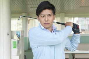 ゴルフをする男性の写真素材 [FYI01319622]