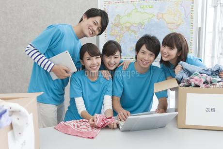 笑顔の男女5人の写真素材 [FYI01319690]