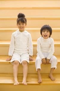 階段に座る女の子と男の子の写真素材 [FYI01319731]