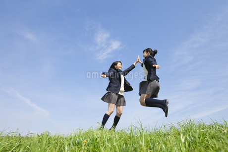 ハイタッチをする女子校生2人の写真素材 [FYI01319739]