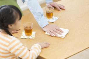 机を拭いている父親と女の子の写真素材 [FYI01319756]