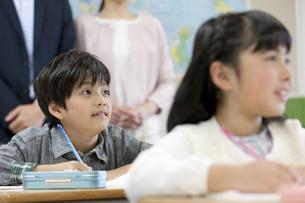 授業参観中の子供たちの写真素材 [FYI01319766]