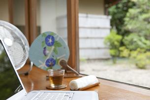 縁側のノートパソコンと冷茶の写真素材 [FYI01319768]