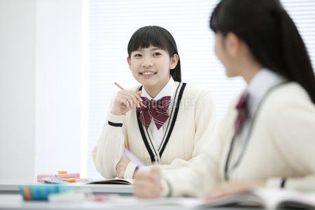 話をしている女子校生の写真素材 [FYI01319782]