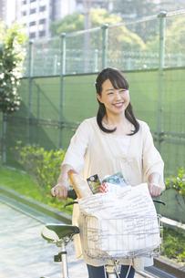 自転車を押す主婦の写真素材 [FYI01319805]