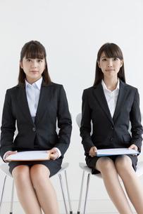 椅子に座る2人のビジネスウーマンの写真素材 [FYI01319833]