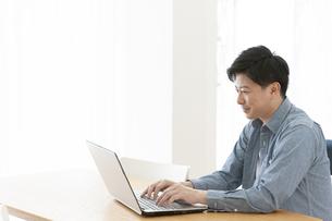 PCを操作する男性の写真素材 [FYI01319867]