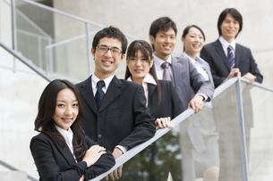 階段に並んで立つスーツの男女6人の写真素材 [FYI01319891]