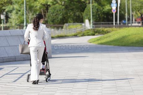 ベビーカーを押す母親の後ろ姿の写真素材 [FYI01319915]