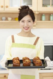 焼き菓子を持つ女性の写真素材 [FYI01319947]