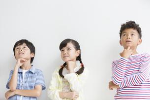 3人の小学生の写真素材 [FYI01319967]