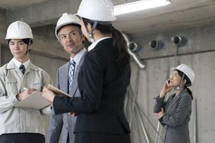 建設現場で打ち合わせをするビジネス男女の写真素材 [FYI01320037]