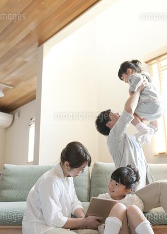 リビングでくつろぐ家族の写真素材 [FYI01320122]